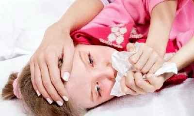 Дочь трогает спящему